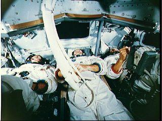 Les trois astronautes à l'entrainement dans le simulateur