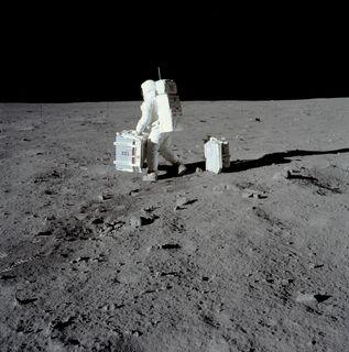 Buzz Aldrin s'apprêtant à installer des équipements scientifiques sur le sol lunaire