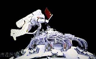 Zhaï Zhigang pendant son EVA au cours du vol Shenzou 7